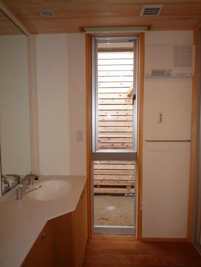オリジナル洗面台のある明るい洗面脱衣室 (銚子の家)