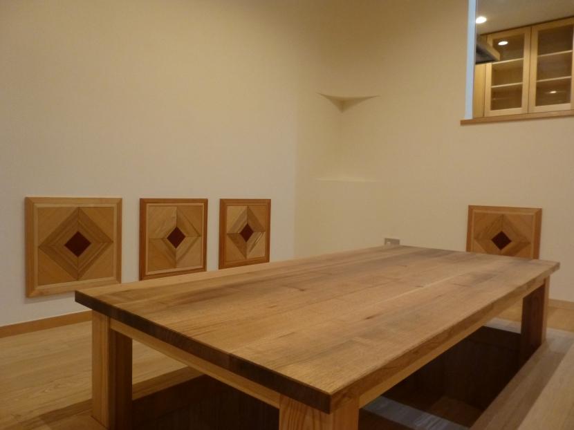 富士見坂の家の部屋 オニグルミのオリジナルテーブルと背もたれ