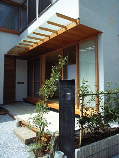 玄関前ポーチと和室の濡縁 (坪井町の家)