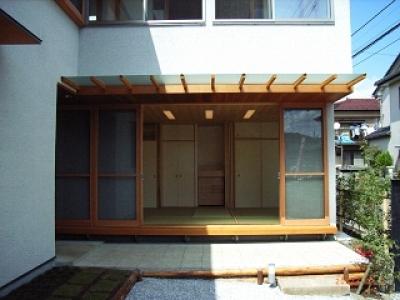 坪井町の家 (窓の開け放たれた和室を見る)