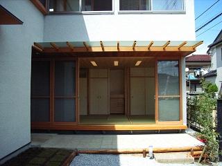 坪井町の家の部屋 窓の開け放たれた和室を見る