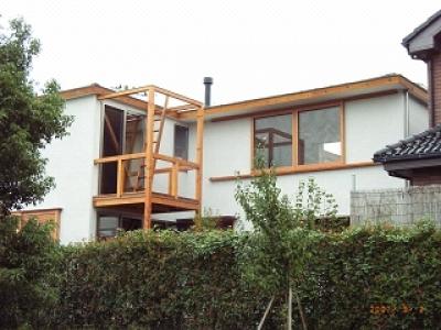 坪井町の家 (西側外観(物干しデッキと薪ストーブ煙突が見える))