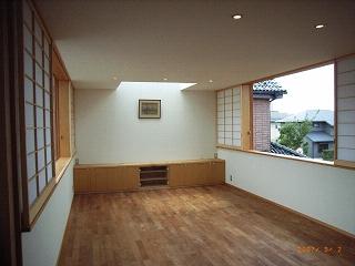坪井町の家の部屋 東西の窓が開けられたリビングダイニング