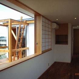坪井町の家 (リビングダイニング西側の窓から物干しデッキを見る)