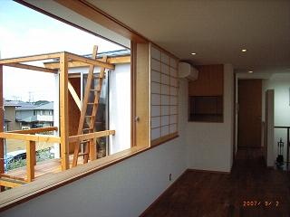 坪井町の家の部屋 リビングダイニング西側の窓から物干しデッキを見る