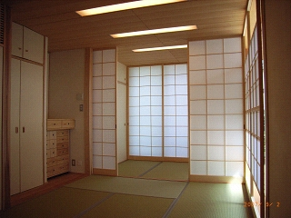 坪井町の家の部屋 6帖と3帖に和室を仕切ることのできる引き込み障子