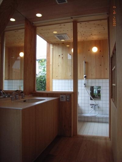 洗面室から浴室を見る (坪井町の家)