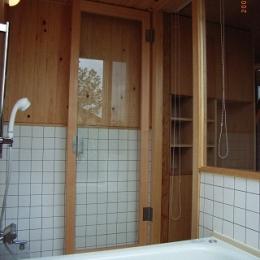 坪井町の家 (開放的な浴室(木部はヒノキ))