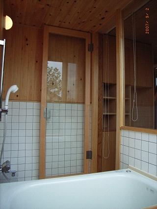 坪井町の家の部屋 開放的な浴室(木部はヒノキ)