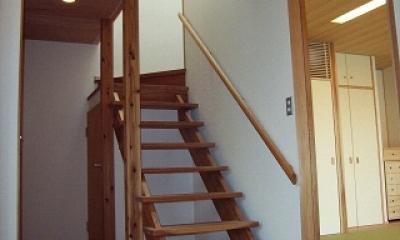 坪井町の家 (開放的なスギ無垢板の階段)
