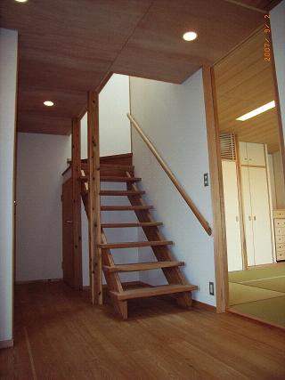坪井町の家の部屋 開放的なスギ無垢板の階段