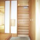 坪井町の家の写真 レッドシダーの玄関扉と手摺ポール・郵便箱
