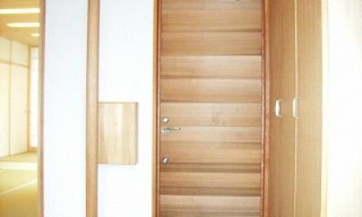 坪井町の家 (レッドシダーの玄関扉と手摺ポール・郵便箱)