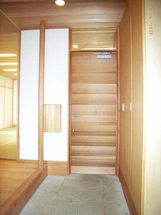 坪井町の家の部屋 レッドシダーの玄関扉と手摺ポール・郵便箱