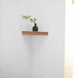 坪井町の家 (遊び心を持って階段の隅に飾棚)