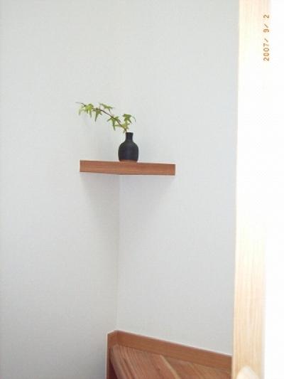 遊び心を持って階段の隅に飾棚 (坪井町の家)
