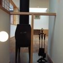 坪井町の家の写真 階段から薪ストーブを介してリビングダイニング方向を見る