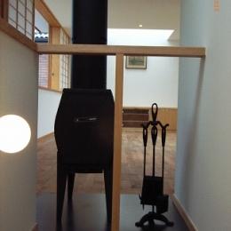 坪井町の家 (階段から薪ストーブを介してリビングダイニング方向を見る)