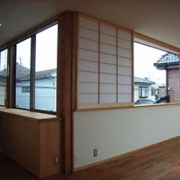 坪井町の家 (障子のついたリビングダイニング東側窓と子供室南側の窓)