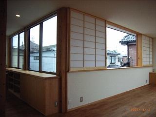 坪井町の家の部屋 障子のついたリビングダイニング東側窓と子供室南側の窓