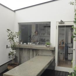 中庭に面するキッチン