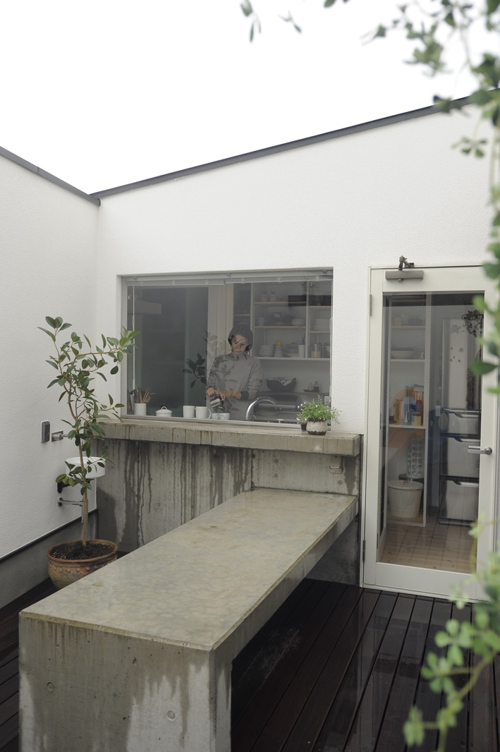 静岡の二世帯住宅  中庭に小屋を持つOUCHI-15 (中庭に面するキッチン)