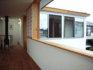 坪井町の家の部屋 リビングダイニング東側窓から子供室南側の窓方向を見る