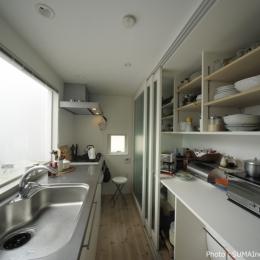 引き戸パントリーのあるキッチン