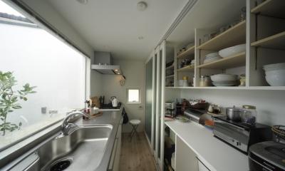 静岡の二世帯住宅  中庭に小屋を持つOUCHI-15 (引き戸パントリーのあるキッチン)