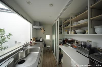 引き戸パントリーのあるキッチン (オウチ15・静岡の二世帯住宅)