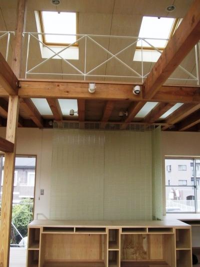 ロフト床の強化ガラスを通して光が差し込む (船橋S邸)