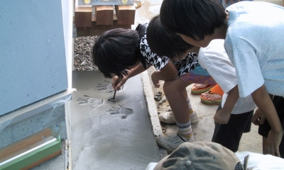 船橋S邸 (玄関土間に手形を押す子供達)