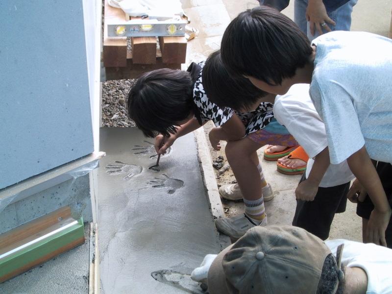 船橋S邸の部屋 玄関土間に手形を押す子供達