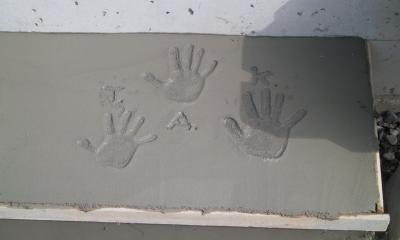 船橋S邸 (玄関土間の子供達の手形)