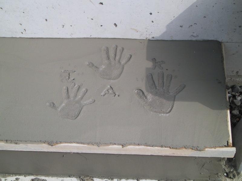 船橋S邸の部屋 玄関土間の子供達の手形