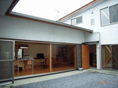 上本郷の家 (窓を開け放つと室内外が一体となる)