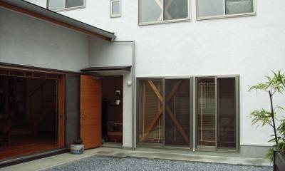 上本郷の家 (中庭から子供部屋・2階寝室方向を見る)