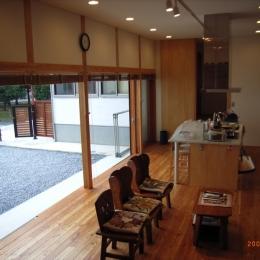 上本郷の家 (リビングダイニングと中庭の一体感)