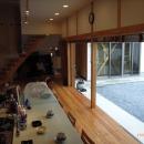 上本郷の家の写真 キッチンカウンターと中庭との繋がり