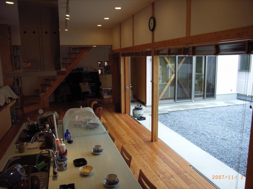 上本郷の家 (キッチンカウンターと中庭との繋がり)