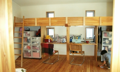 上本郷の家 (子供部屋の造りつけベッドとデスク)