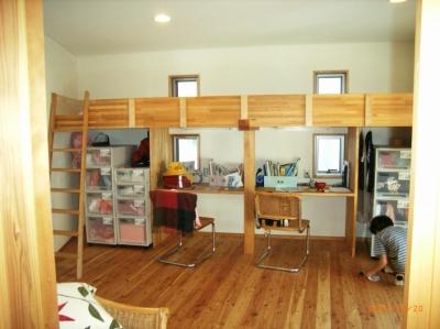子供部屋の造りつけベッドとデスク (上本郷の家)