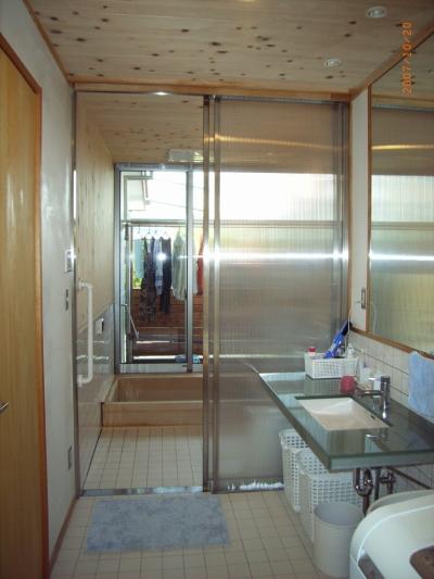 浴室・洗面室、奥には物干しバルコニー (上本郷の家)