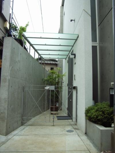 オリジナルの玄関庇と門扉 (北区神谷の家)