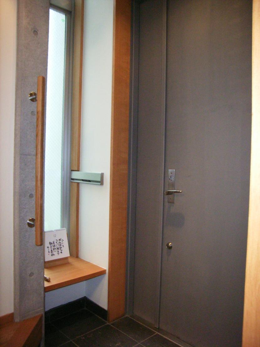 北区神谷の家の部屋 手摺とベンチと玄関扉