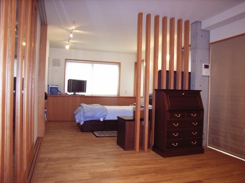 北区神谷の家の部屋 ルーバーで緩やかに仕切られた2階寝室