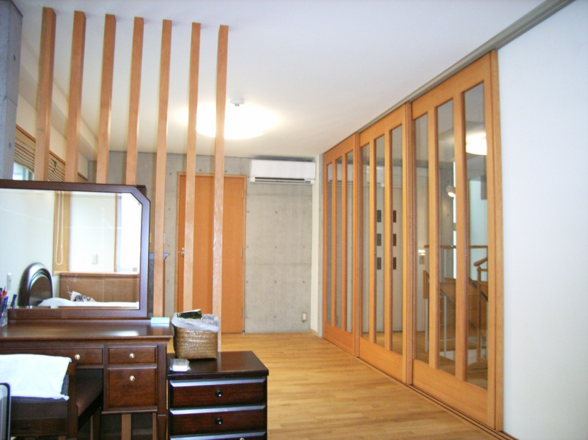 北区神谷の家の部屋 2階寝室から階段スペース方向を見る