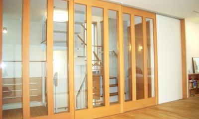 北区神谷の家 (2階寝室と階段スペースを仕切る引き込み戸)