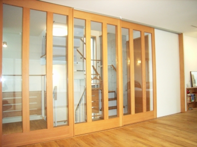 2階寝室と階段スペースを仕切る引き込み戸 (北区神谷の家)