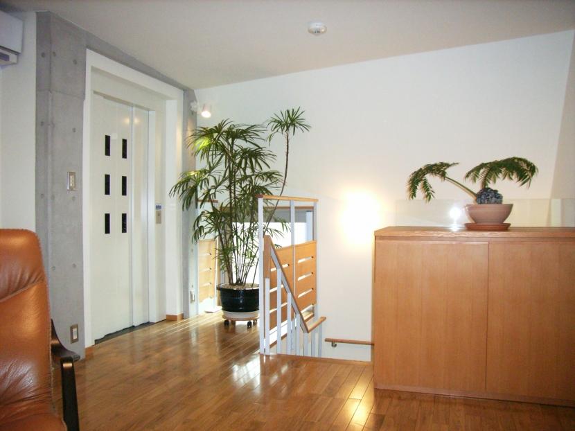 北区神谷の家の部屋 3階寝室の階段・エレベーター方向を見る